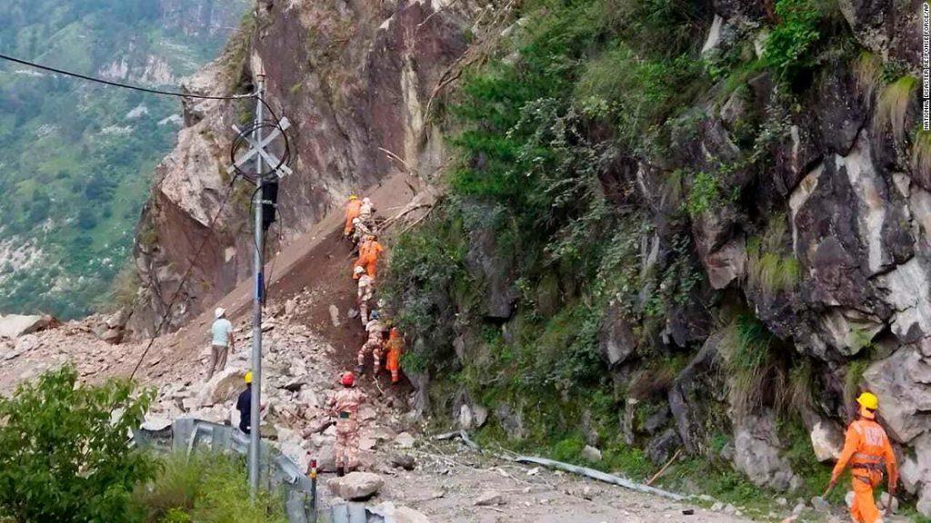 Pelo menos 10 mortos e dezenas presos após um deslizamento de terra atingir uma rodovia no norte da Índia