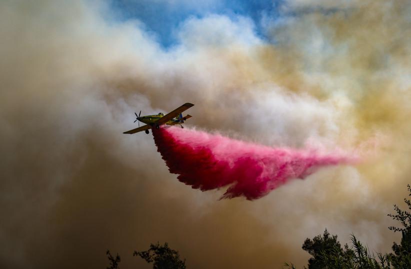 Um grande incêndio envia uma nuvem negra sobre Jerusalém, envolvendo as comunidades vizinhas