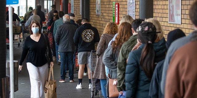 Lista de compradores que devem entrar em um supermercado em Auckland, Nova Zelândia, terça-feira, 17 de agosto de 2021. O governo da Nova Zelândia tomou medidas drásticas na terça-feira, colocando todo o país em um bloqueio estrito depois que apenas um caso comunitário de coronavírus foi detectado.  (Brett Phipps / New Zealand Herald via AP)