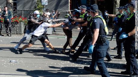 Polícia pulveriza spray de pimenta em manifestantes em Melbourne.
