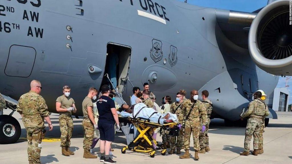 Mulher afegã dá à luz em voo de evacuação dos EUA