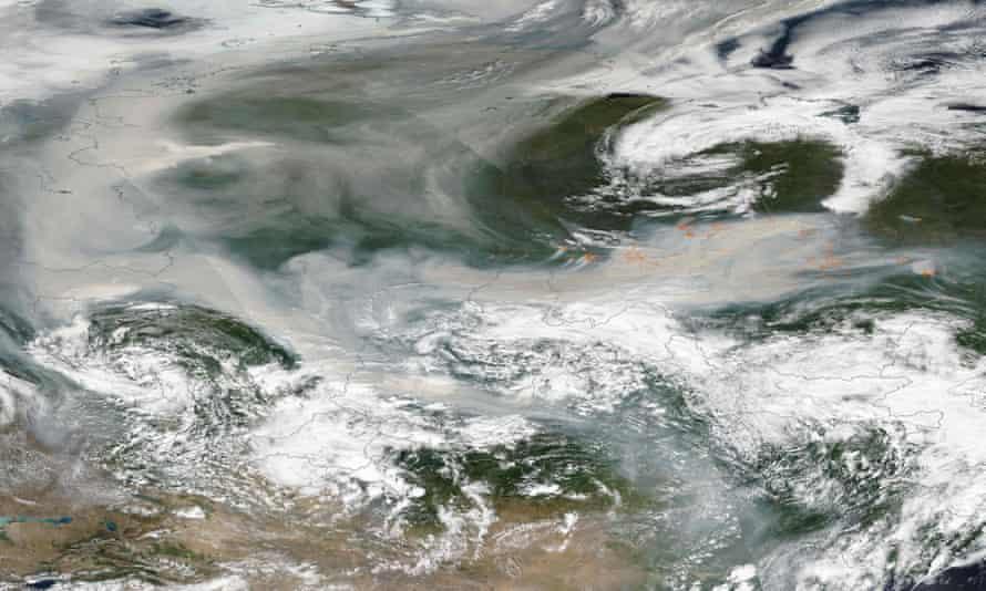 Uma imagem divulgada pela NASA mostra a fumaça de centenas de incêndios florestais que cobriram a maior parte da Rússia em 6 de agosto