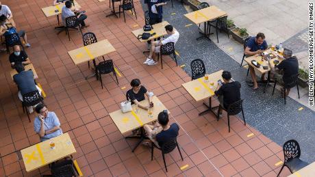 Cingapura e o Reino Unido estão planejando & # 39;  Morando com Covid.  & # 39;  Eles são mundos à parte de como fazer isso