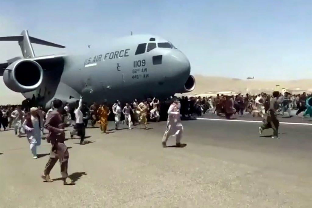 Corpo afegão encontrado no trem de pouso de avião militar saindo do aeroporto de Cabul