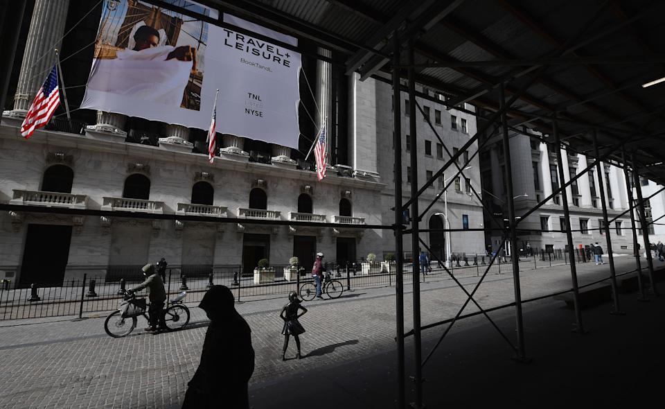 As pessoas passam pela Bolsa de Valores de Nova York (NYSE) em Wall Street em 17 de fevereiro de 2021 na cidade de Nova York.  (Foto de Angela Weiss / AFP) (Foto de Angela Weiss / AFP via Getty Images)