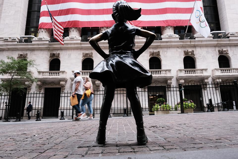 NEW YORK, NY - 10 DE AGOSTO: As pessoas passam pela estátua da Brave Girl fora da Bolsa de Valores de Nova York (NYSE) em 10 de agosto de 2021 na cidade de Nova York.  Os mercados subiram nas negociações da manhã, à medida que os investidores buscavam um raro esforço bipartidário no Senado para aprovar um enorme projeto de infraestrutura que, se aprovado, injetaria bilhões na economia dos Estados Unidos.  (Foto de Spencer Platt / Getty Images)