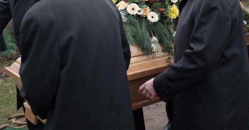Mulher presa por roubar joias de falecido em uma funerária francesa