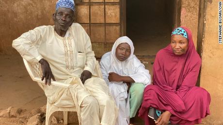 Homens armados invadiram sua escola em uma operação de sequestro.  Então ela encontrou sua família em seus sequestradores & # 39;  esconderijo