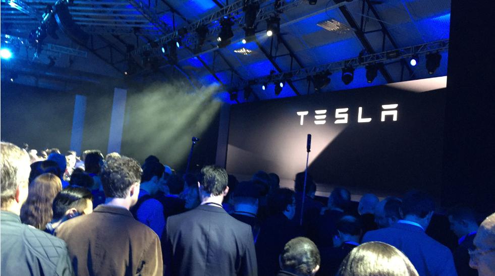 Os futuros da Dow apontam para mais perdas na recuperação do mercado;  Elon Musk flertando com um robô Tesla humano