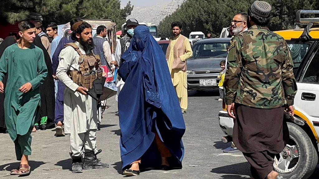 Parteira afegã sonha em se tornar médica perde o emprego durante o governo do Taleban