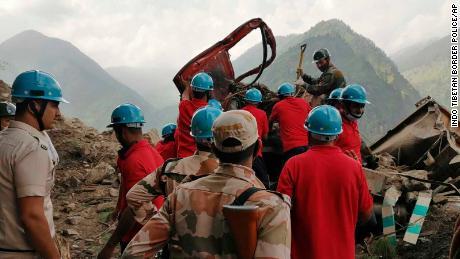 Uma operação de resgate é realizada no local de um deslizamento de terra no distrito de Kinur, no estado de Himachal Pradesh, no norte da Índia, em 11 de agosto.