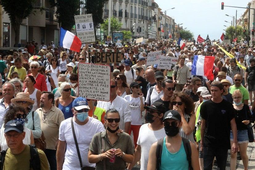 Protestos anti-vacina franceses eclodem no sexto fim de semana