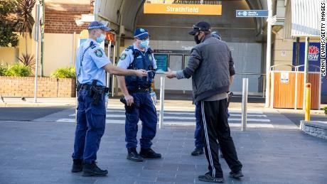 Mais militares destacados para fazer cumprir as restrições COVID de Sydney enquanto o país inteiro fecha