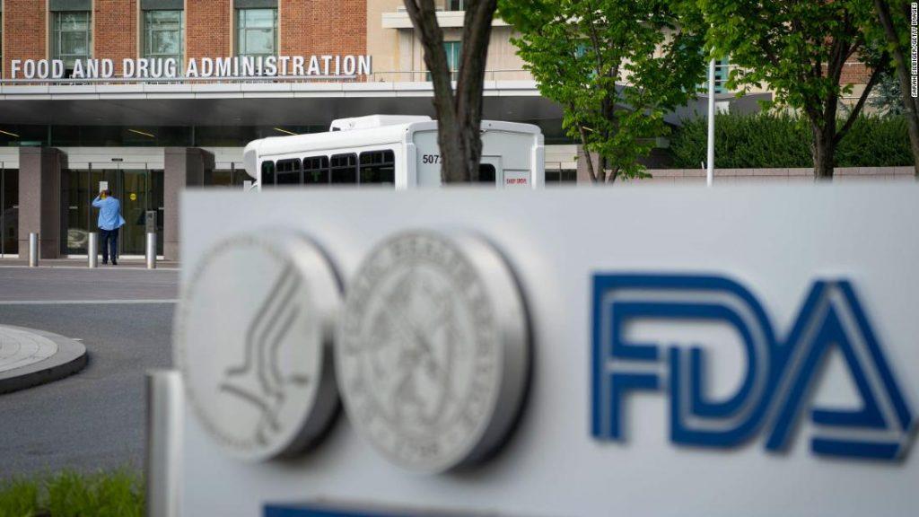 Dois dos principais líderes de vacinas do FDA estão deixando o cargo enquanto a agência enfrenta uma decisão sobre reforços