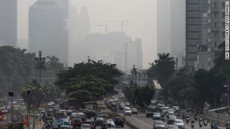 Prédios no centro de Jacarta foram envoltos em uma névoa espessa exacerbada por incêndios em condados rurais ao redor da região em 23 de fevereiro de 2018.
