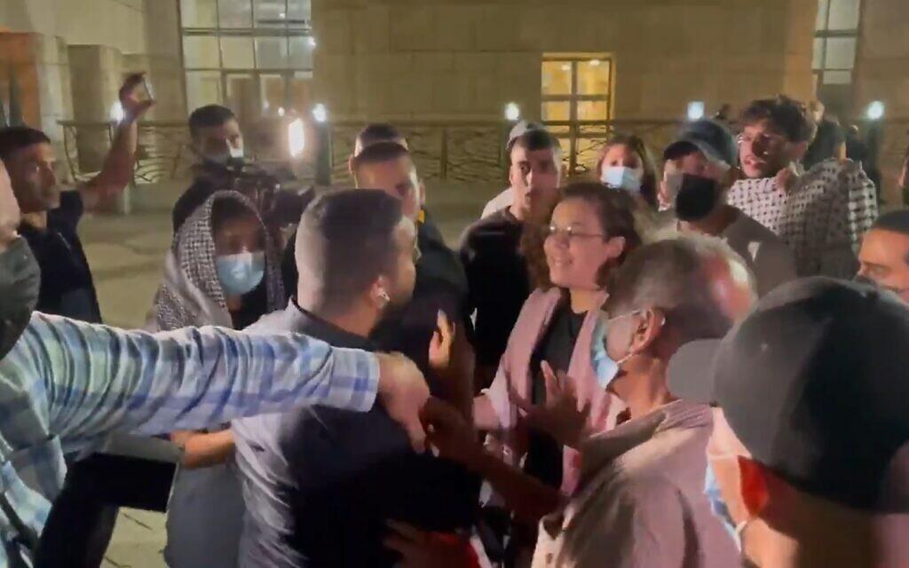 Um repórter árabe-israelense atacado por má tradução de sua postagem ao escapar da prisão