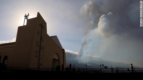 A fumaça subiu na terça-feira após a erupção do vulcão.
