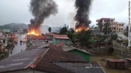 Uma cidade em Mianmar perto da fronteira com a Índia experimenta um êxodo em massa enquanto milhares fogem dos combates