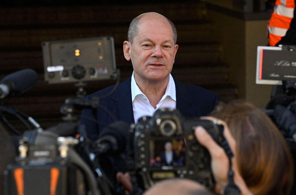 Olaf Schultz fala a repórteres depois de votar em uma seção eleitoral em Potsdam, Alemanha.