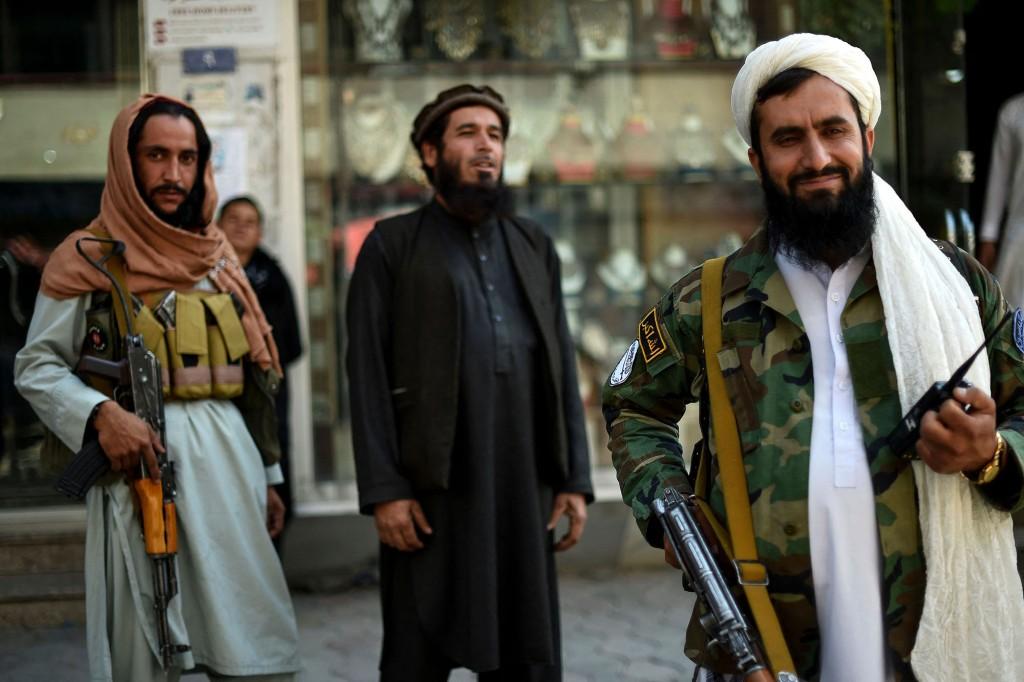 Os combatentes do Talibã ficam de guarda.
