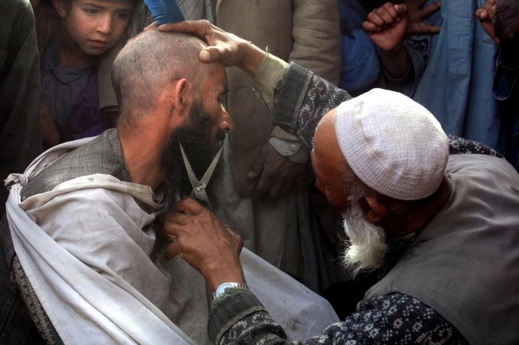Talibã proíbe barbeiros no Afeganistão de cortar barbas