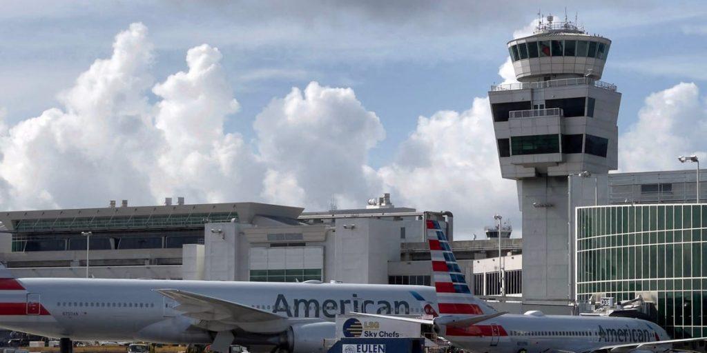 A polícia prende passageiro da American Airlines que estava andando na asa de um avião que pousava