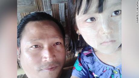 Soe Htay, à esquerda, e sua filha, Su Htet Waing.