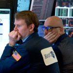 Dow Jones caiu 300 pontos enquanto a confiança do consumidor diminui
