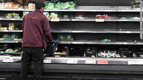Grã-Bretanha atrasa verificações nas fronteiras do Brexit, já que indústria de alimentos alerta para escassez permanente