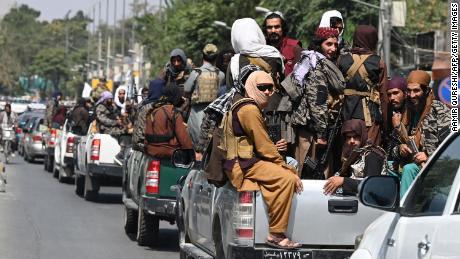 Os temores do ciclista afegão se tornam realidade enquanto o Talibã visa impedir as mulheres de se exercitarem