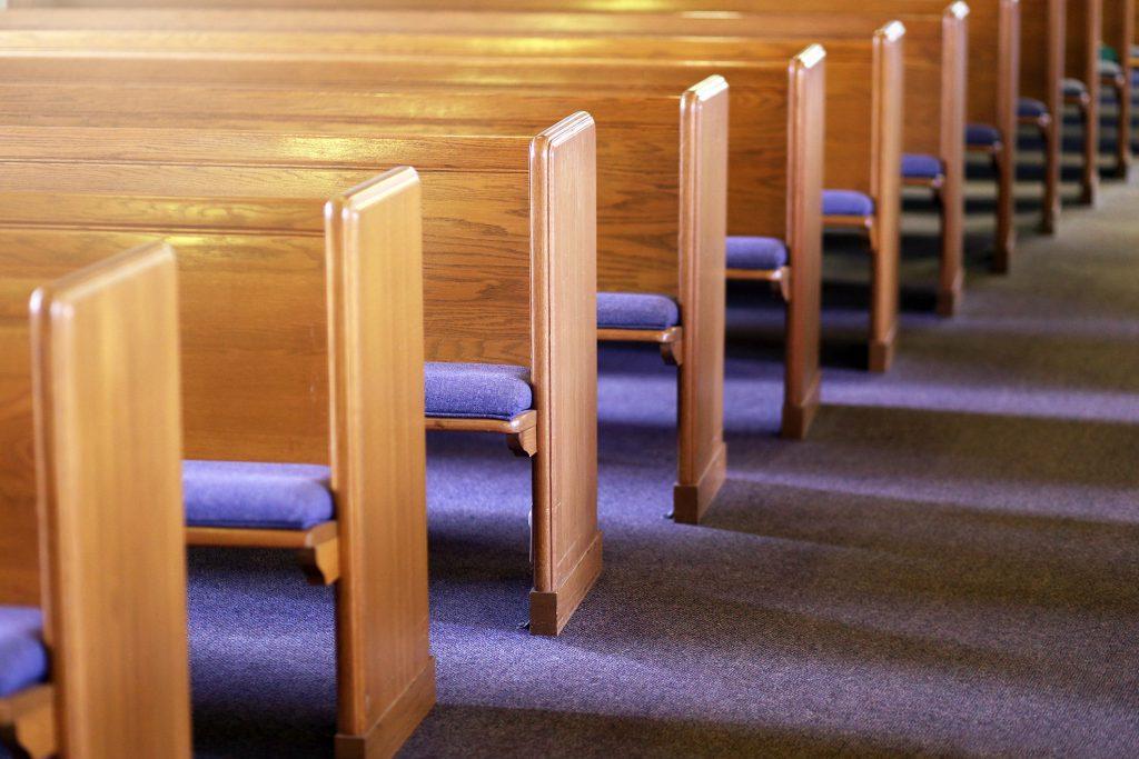 O bispo deixa a igreja depois de se apaixonar pelo escriba satânico
