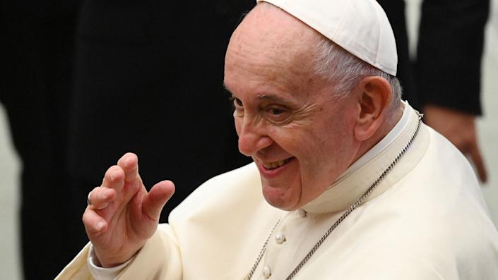 O Papa Francisco acena no final de sua audiência semanal em 29 de setembro de 2021 na Sala Paulo VI no Vaticano.  (Vincenzo Pinto / AFP via Getty Images)