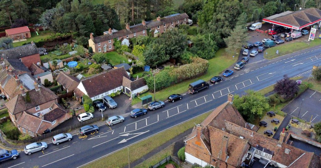 Militares do Reino Unido começam a dirigir caminhões de combustível para conter a escassez